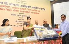 Textiles minister Smriti Irani and minister of social justice & empowerment, Thaawar Chand Gehlot, and other dignitaries presenting tool kits to SC handicrafts artisans. Courtesy: PIB