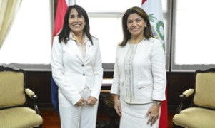 Ms. Silva (L) with President Laura Chinchilla (R)
