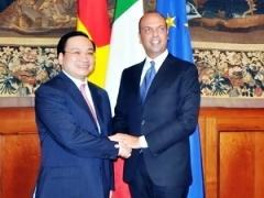 Mr. Hai (L) & Mr. Alfano (R)/VNA