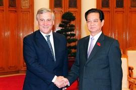 Mr. Tajani (L) & Mr. Dung (R)/VGP/Nhat Bac