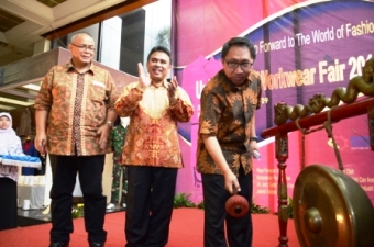 Mr. Harjanto inaugurating the fair by hitting the gong