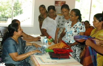 Mrs. Rajapaksa inspecting handlooms made at the centre