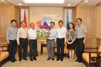 Mr. Van Hau (3rd from Left) congratulating Mr.Tien Truong