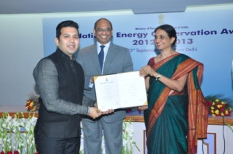 Mr. Viral Desai (L) receiving the award