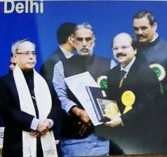 Dr P Nayak (R) receiving the award