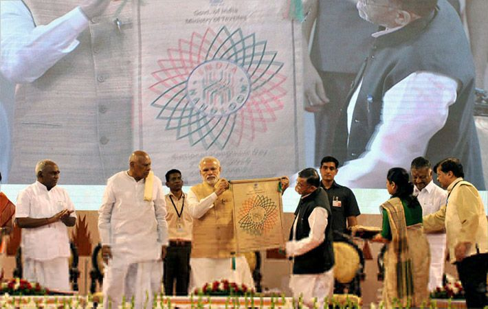 Modi launching the India Handloom logo/Courtesy: PIB
