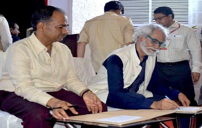 Alok Kumar, DC Handlooms (left) and Sunil Sethi, President, FDCI signing the MoU. Courtesy: FDCI