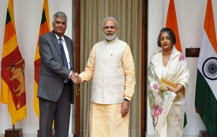 Indian Prime Minister Narendra Modi (centre) with his Sri Lankan counterpart Ranil Wickremesinghe