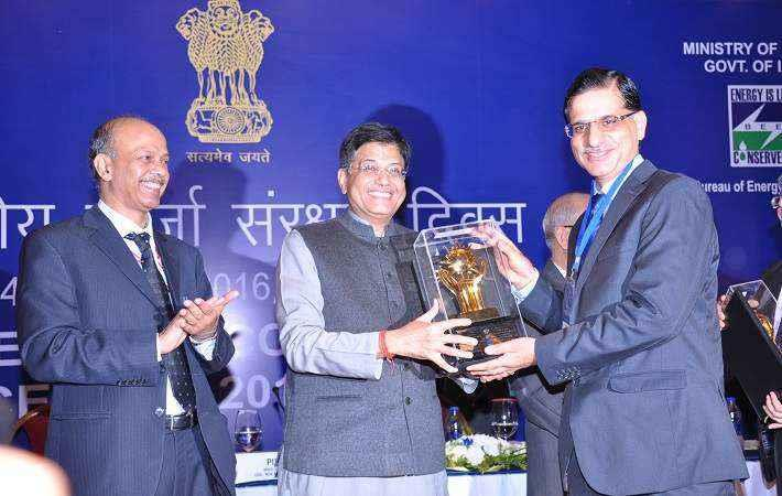Union minister of state Piyush Goyal presenting award to Susheel Kaul, CEO - Lifestyle Fabrics (Shirting, Khaki & Knitwear), Arvind. Courtesy: Arvind