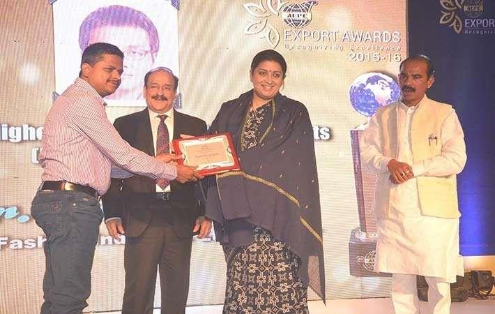 One of the award winners being awarded by Ashok Rajani, textiles minister Smriti Irani and minister of states for textiles Ajay Tamta. Courtesy: AEPC
