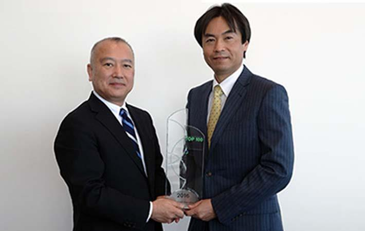 Takahata (right) accepting the trophy from Hirofumi Hino of Clarivate Analytics