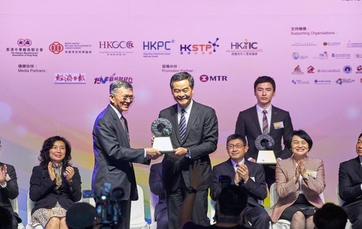 Dr Harry Lee, Chairman of HKRITA receives the award from HKSAR Chief Executive Leung Chun Ying