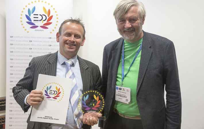 Jos Notermans from SPGPrints (left) receives EDP Award 2017 from Herman Hartman