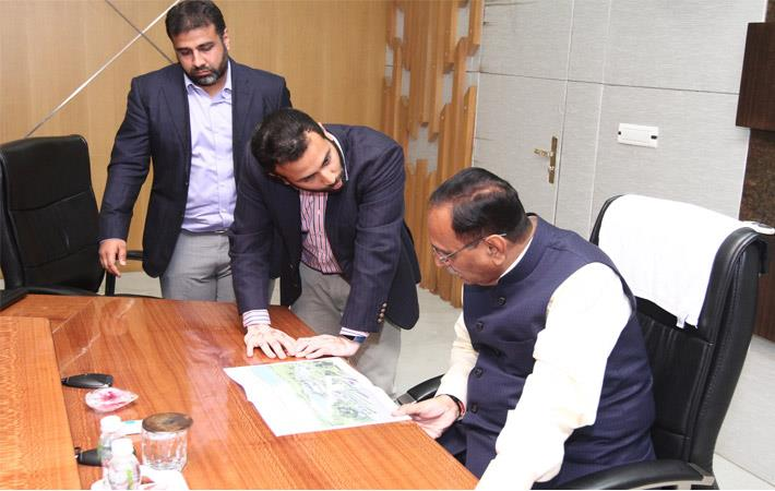 Arvind Limited executive directors Punit Lalbhai (left) and Kulin Lalbhai explaining the project to Gujarat chief minister Vijay Rupani. Courtesy: Arvind Ltd
