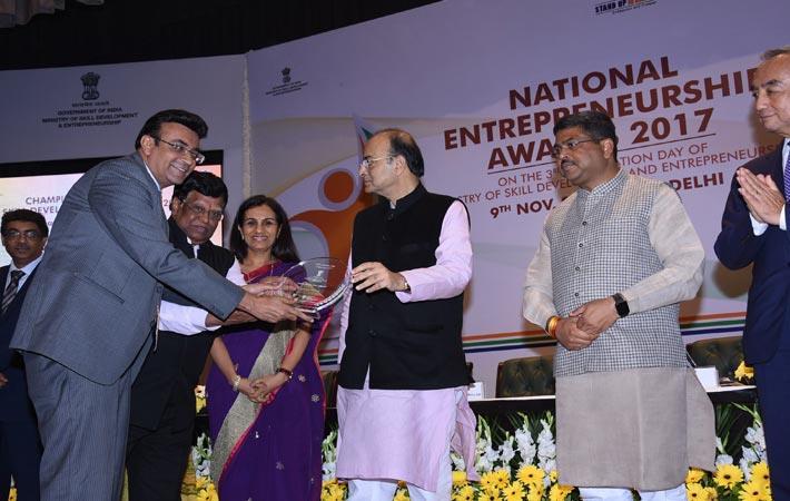 TSC's chairman Sanjay Kumar Jain and CEO JV Rao receiving the award from Arun Jaitely; Courtesy: CITI