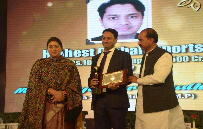 Shreyaskar Chaudhary (centre) receiving Gold Trophy from textiles minister Smriti Irani (left) and minister of state for textiles Ajay Tamta (right); Courtesy: Pratibha Syntex