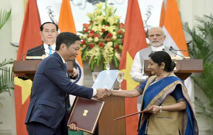 Vietnamese President Tran Dai Quang and Indian Prime Minister Narendra Modi witnessing the exchange of MoU on economic and trade cooperation, at Hyderabad House in New Delhi. Courtesy: PIB