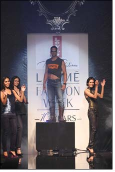 AKKI rocks the Lakme ramp in Levi's tee & denim - Day 4